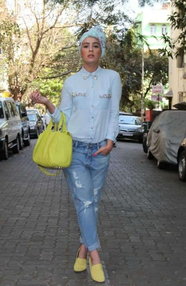 hijab-with-boyfriend-jeans 25 Western Outfits to Wear with Hijab for Gorgeous Look