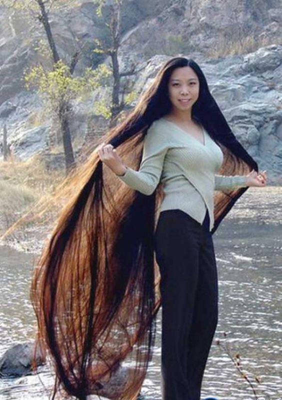 26-The-Cool-Chinese-Girl-With-Foot-Long-Hair-1 Longest Hair Women-30 Girls with Longest Hair In the World