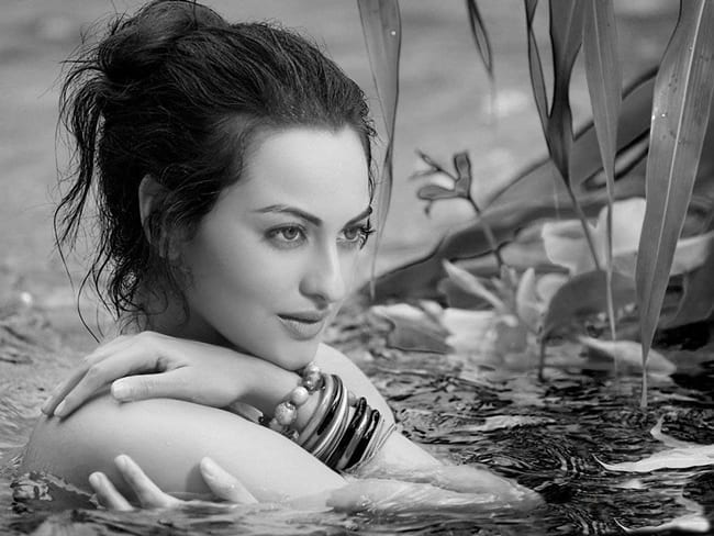 10-Stunning-Black-And-White-Pictures-Of-Bollywood-Actresses-SONAKSHI-SINHA Sonakshi Sinha Outfits-25 Dressing Styles of Sonakshi to Copy