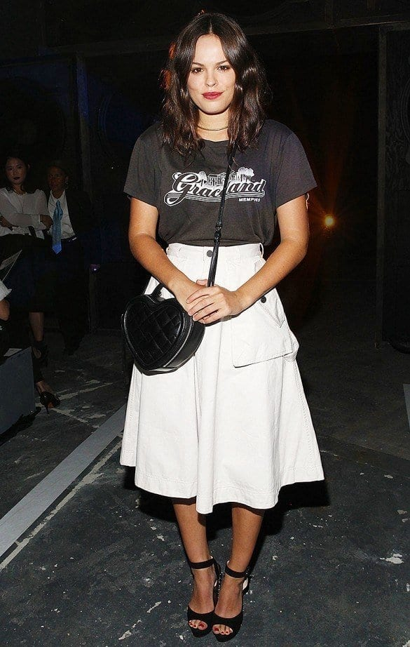 14-Bring-Out-The-Formal-With-Knee-length-Skirts Graphic Tee Ideas-20 Stylish Outfit Ideas with Graphic Tees