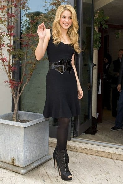 16-A-Black-Legging-Outfit-Style Shakira Outfits - 25 Best Dressing Styles of Shakira to Copy
