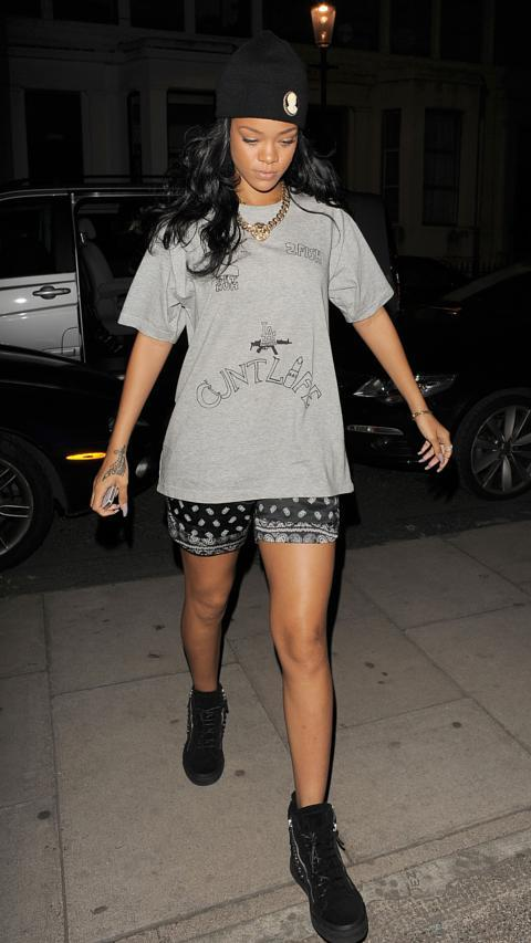 16-A-Cosy-Nightwear-Outfit Rihanna Outfits-25 Best Dressing Styles of Rihanna to Copy