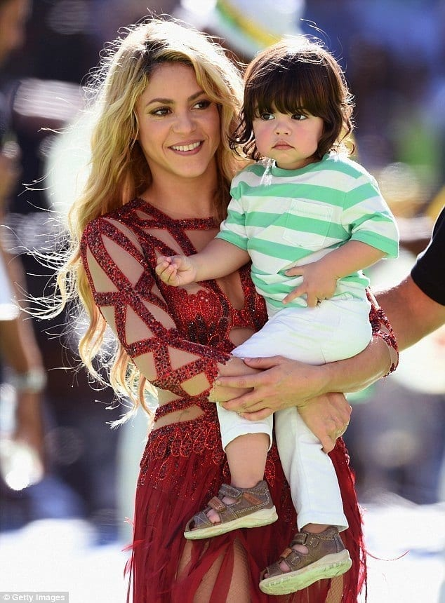 17-Her-Glamorous-Concert-Outfit Shakira Outfits - 25 Best Dressing Styles of Shakira to Copy