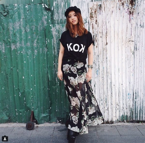 18-Wear-It-With-Maxi-Skirts Graphic Tee Ideas-20 Stylish Outfit Ideas with Graphic Tees