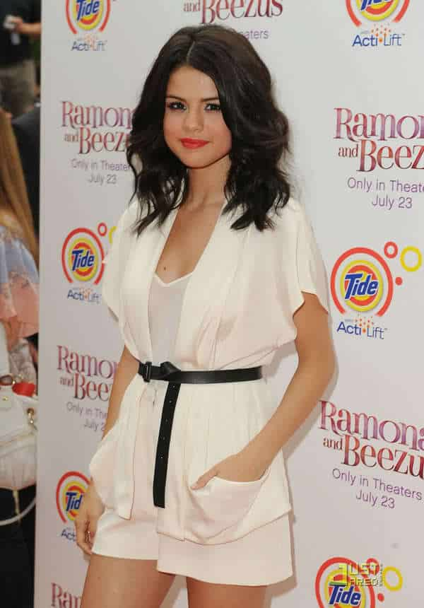 2-A-Nicely-Belted-Outfit-Style Selena Gomez Outfits-25 Best Dressing Styles of Selena to Copy