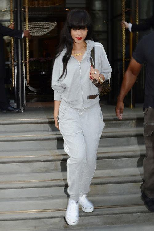 22-A-Cute-Sweatpants-Outfit Rihanna Outfits-25 Best Dressing Styles of Rihanna to Copy