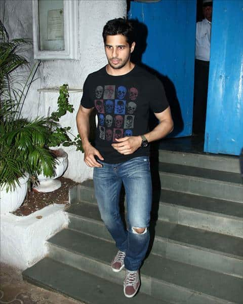 29-A-Classic-Teenage-Boy-Outfit-Style Sidharth Malhotra Outfits-30 Best Dressing styles of Sidharth Malhotra to Copy