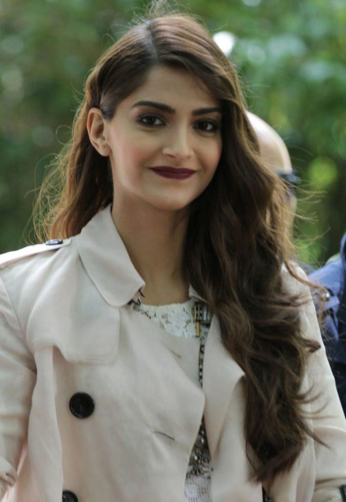 Sonam-2-707x1024 Bollywood Actresses Swag-15 Best Swag Looks of Bollywood Actresses