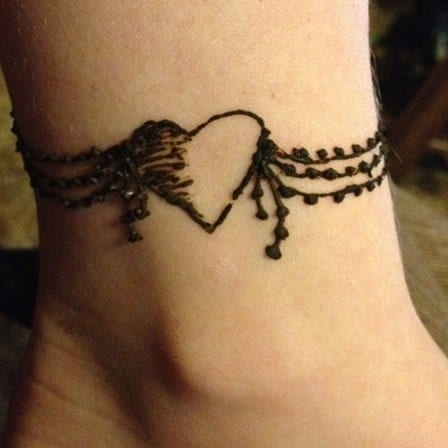 heart shaped mehndi designs 20 simple henna heart designs. Black Bedroom Furniture Sets. Home Design Ideas