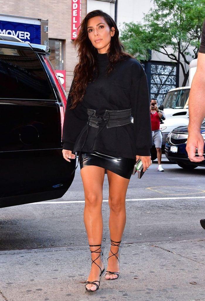 kim-kardashians-iconic-looks-13-699x1024 30 Most Stylish Kim Kardashian Outfits - Style Transformation