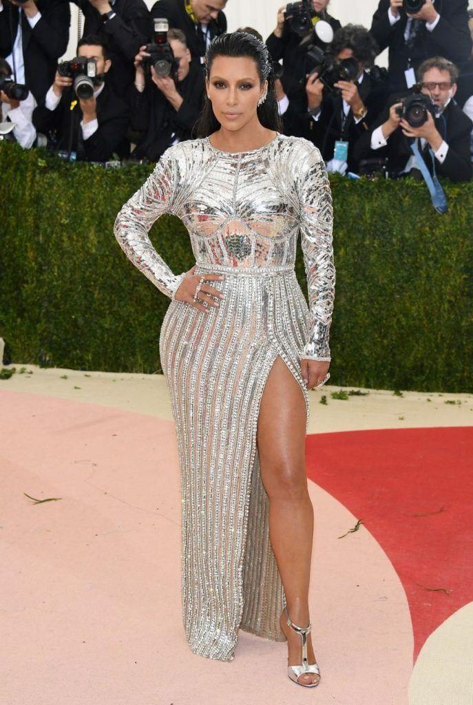 kim-kardashians-iconic-looks-5-687x1024 30 Most Stylish Kim Kardashian Outfits - Style Transformation