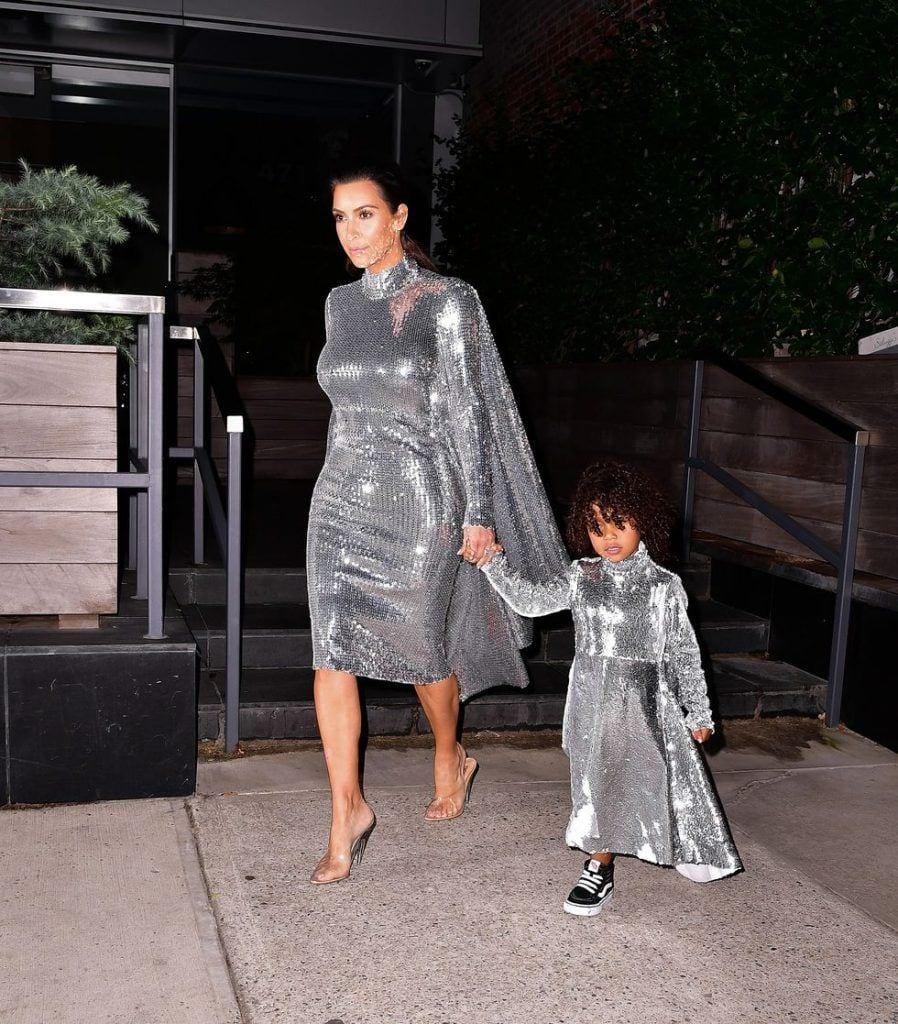 kim-kardashians-iconic-looks-6-898x1024 30 Most Stylish Kim Kardashian Outfits - Style Transformation