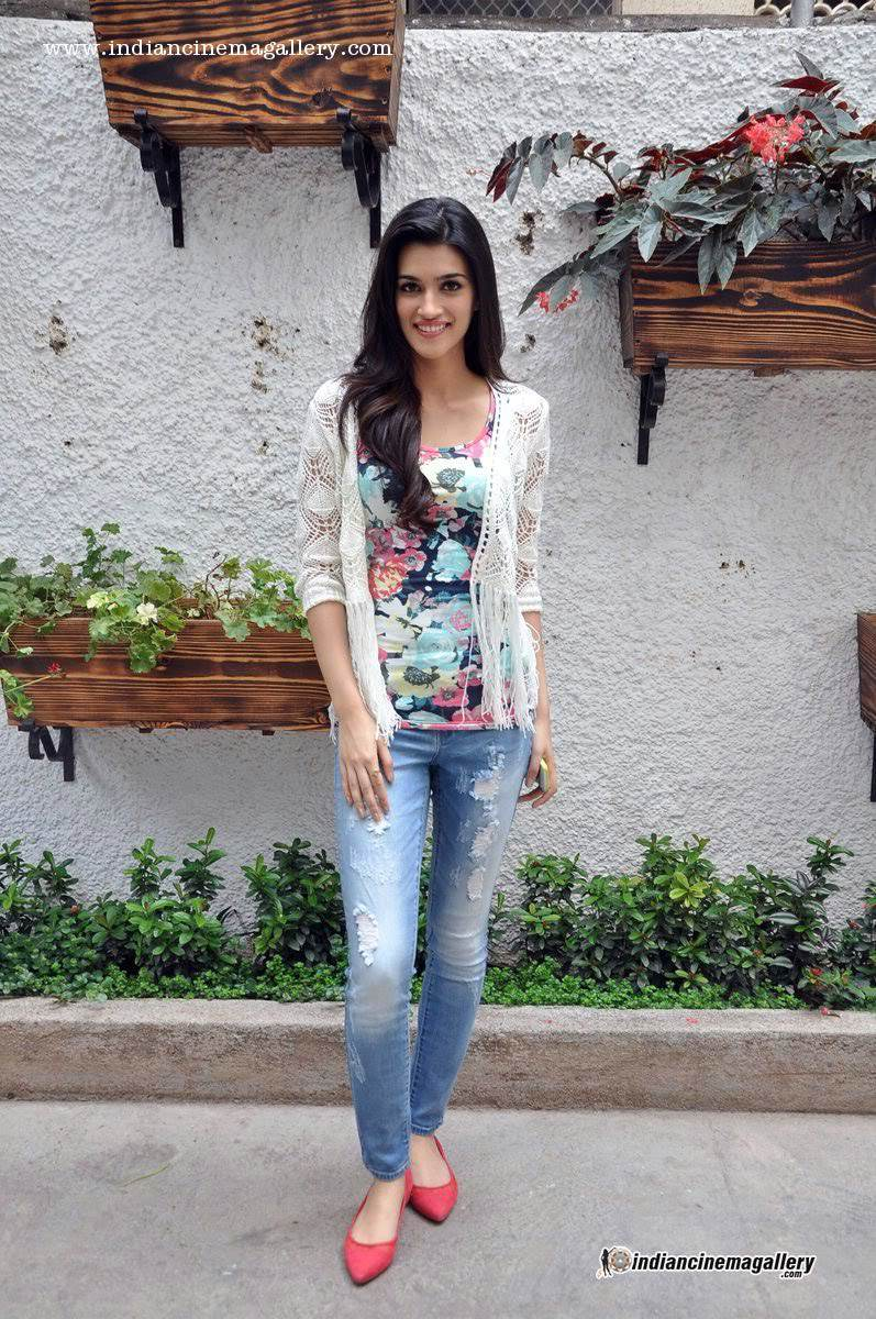 Kriti Sanon Pics - 30 Cute Kriti Sanon Outfits and Looks