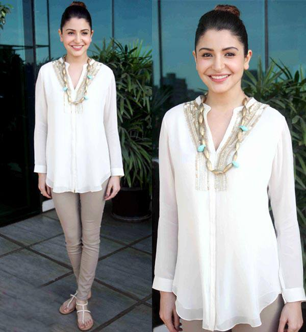 1-Anushka-Sharma-in-a-Phenomenal-Indo-western-Catchy-Outfit Anushka Sharma Outfits-32 Best Dressing Styles of Anushka Sharma