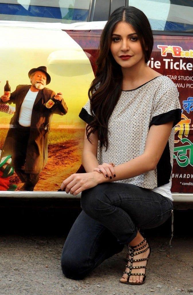 13-Anushka-Sharma-in-a-Badass-Jeans-Outfit-673x1024 Anushka Sharma Outfits-32 Best Dressing Styles of Anushka Sharma