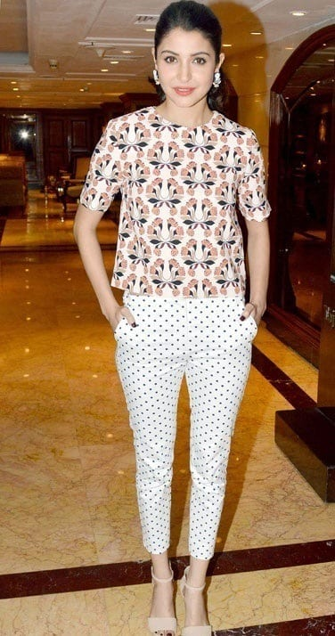 14-Anushka-Sharma-in-a-Flawlessly-Cute-Summer-Outfit-1 Anushka Sharma Outfits-32 Best Dressing Styles of Anushka Sharma