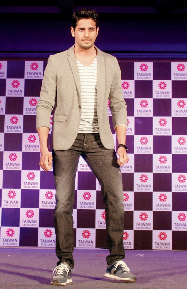 26-His-Catchy-Blazer-Jeans-Outfit Sidharth Malhotra Outfits-30 Best Dressing styles of Sidharth Malhotra to Copy