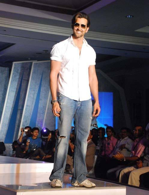 27-In-a-Cool-and-Friendly-Casual-Outfit Hrithik Roshan Outfits-30 Best Dressing Styles of Hrithik Roshan