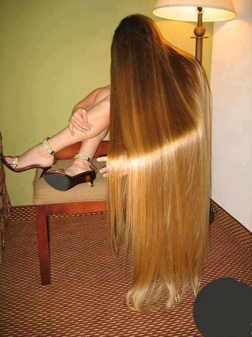 3-The-Girl-With-Nearly-Blindingly-Shiny-Long-Hair Longest Hair Women-30 Girls with Longest Hair In the World
