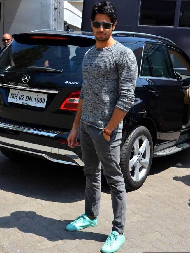 5-Street-Look-With-Undying-Swag Sidharth Malhotra Outfits-30 Best Dressing styles of Sidharth Malhotra to Copy