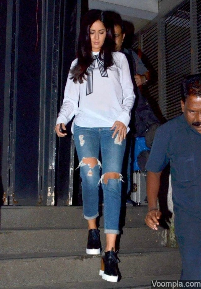 Katrina-Kaif-in-Stella-McCartney-top-and-ripped-jeans-640x920 20 Indian Celebrities Ripped Jeans Styles to Copy This Year