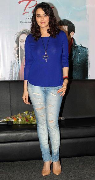 Preity_Zinta1 20 Indian Celebrities Ripped Jeans Styles to Copy This Year