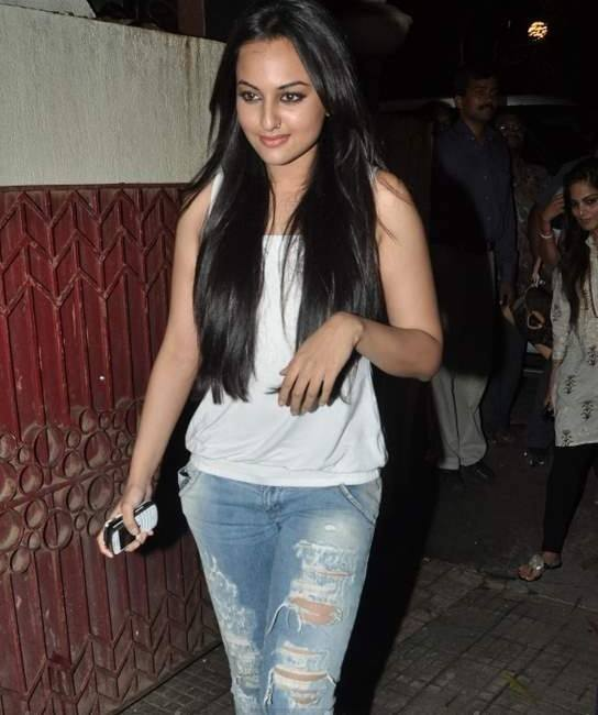 peepli_live7 20 Indian Celebrities Ripped Jeans Styles to Copy This Year