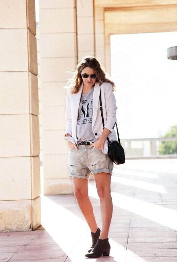 16-Wear-It-Over-Nice-Pair-of-Shorts Graphic Tee Ideas-20 Stylish Outfit Ideas with Graphic Tees