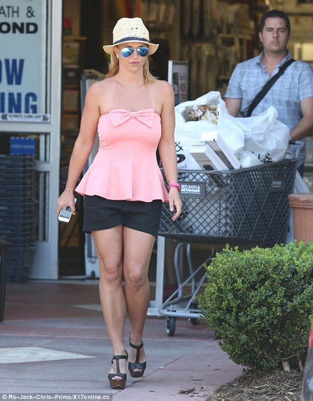18-A-Summer-Outing-Look Britney Spears Outfits-25 Best Dressing Styles of Britney to Copy