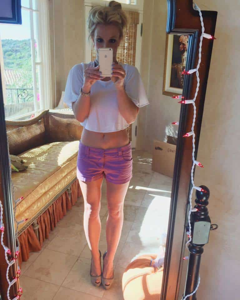 21-A-Summer-Tank-Top-Outfit Britney Spears Outfits-25 Best Dressing Styles of Britney to Copy
