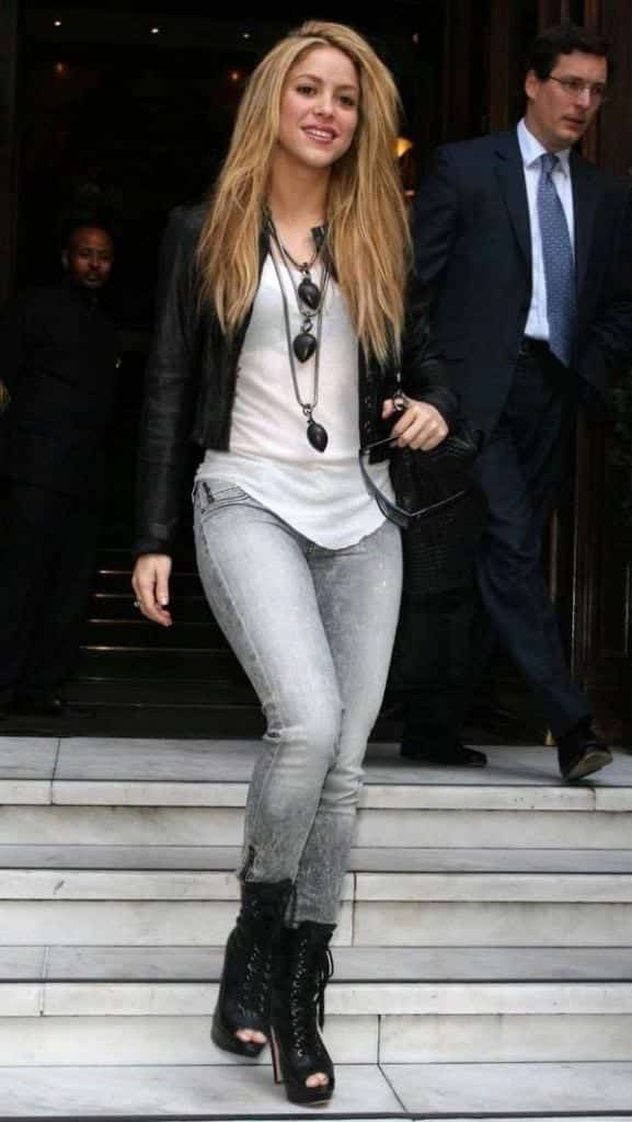 23-Her-Swagger-Street-Style-577x1024 Shakira Outfits - 25 Best Dressing Styles of Shakira to Copy