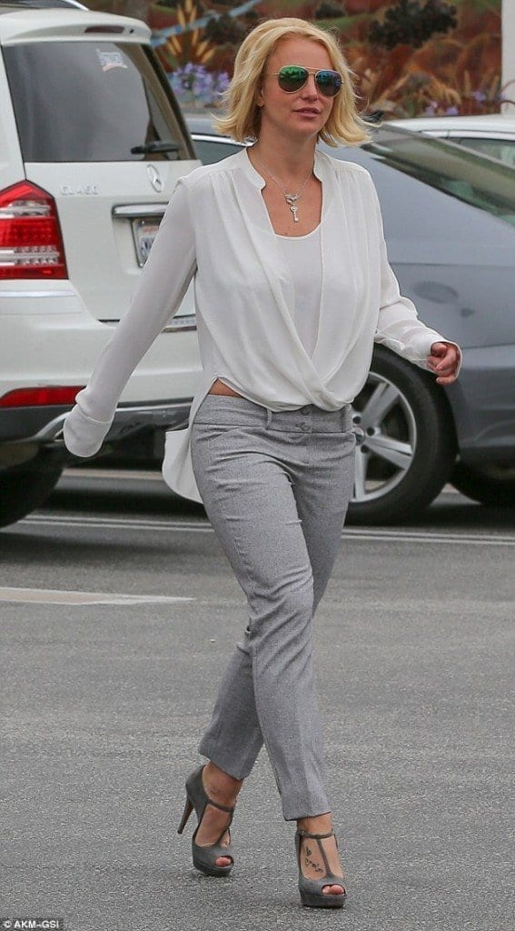 24-An-Iconic-Tailored-Look-567x1024 Britney Spears Outfits-25 Best Dressing Styles of Britney to Copy