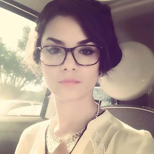 28-A-Glamorously-Classy-Hairdo-with-Glasses 37 Cute Hairstyles for Women with Glasses this Year