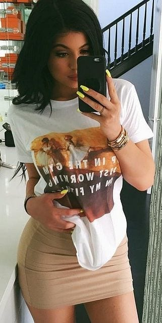 5-Kylie-inspired-Timeless-Tee-Style Graphic Tee Ideas-20 Stylish Outfit Ideas with Graphic Tees