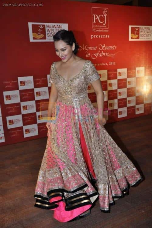 hpse_normal__1585012653_Sonakshi-Sinha-at-Manish-Malhotra-Designs-at-Mijwan-Sonnets-in-Fabric-2012-in-Grand-Hyatt-Mumbai-on-3rd-Sept-20121-79 Sonakshi Sinha Outfits-25 Dressing Styles of Sonakshi to Copy
