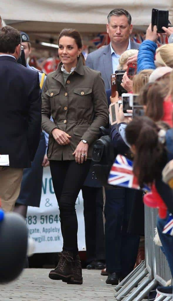kate-middleton-casual-skinny-jeans-look-589x1024 Kate Middleton's Outfits-25 Best Dressing Styles Of Kate To Copy
