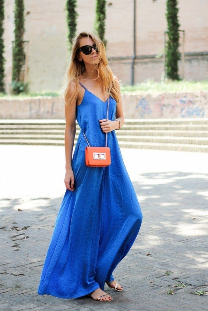 royal-blue-jumpsuit-orange-mini-bag-summer-outift-fashion-blog-karamode-1-683x1024 Best Outfits to go with Tiny Bags-20 Ideas on How to Wear Mini Bags