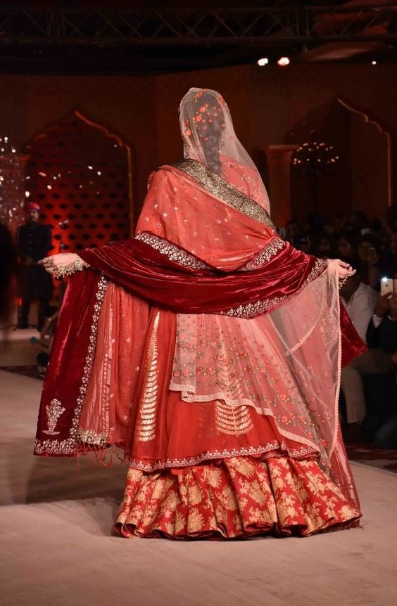 bridal-lehenda-dupatta-18-2 How to Wear Bridal Lehenga Dupatta in 10 Different Styles