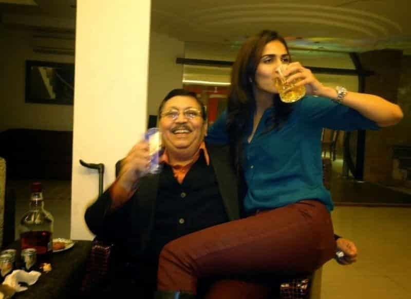 vaani-kapoor-with-her-father Vaani Kapoor Pics - 30 Cutest Pictures of Vaani Kapoor