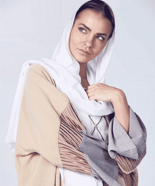 modest-abaya-look 2019 Abaya Designs - 26 New Abaya Styles for Stylish Look