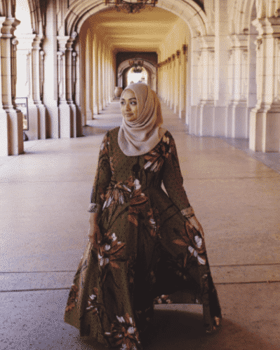 nude-hijab-with-floral-abaya-399x500 Hijab with Floral Outfits-20 Ways to Wear Hijab with Florals