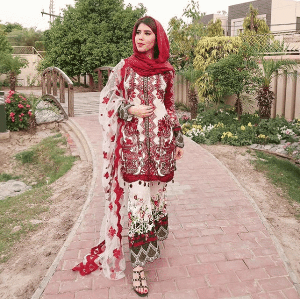 printed-suit-with-plain-hijab 21 Best Ways to Wear Hijab with Shalwar Kameez Elegantly
